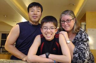 Sky Choi junto a sus padres