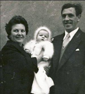 Begoña y sus padres Juan Urroz y Jesusa Ibarrola - Ampliar imagen
