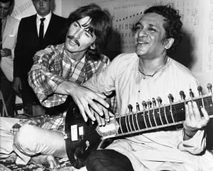 Ravi Shankar junto a George Harrison